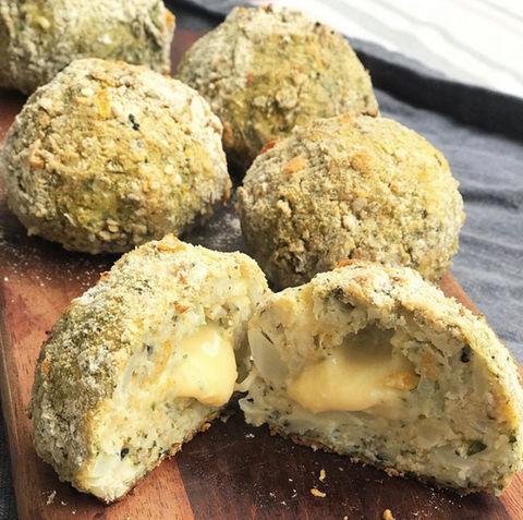Bombas de queso y coliflor
