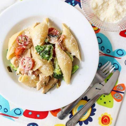 Fideos caracoles con pollo y brócoli