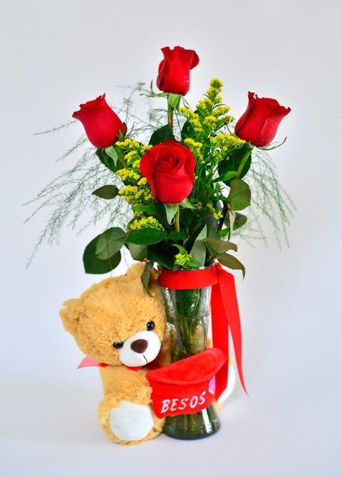Primer amor: florero de 4 rosas con peluche