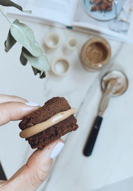 Alfajores de brownie y mantequilla de maní